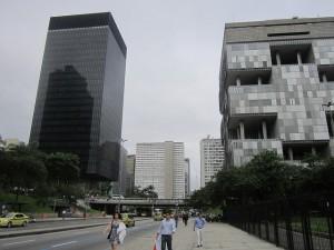 El edificio acristalado de la sede del BNDES, a la izquierda, cuyo vecino al vecino al otro lado de la calle es la sede de la empresa estatal Petrobras. Las edificaciones de los dos grupos estatales dominan la Avenida Chile, en Río de Janeiro, en Brasil. Crédito: Mario Osava/IPS