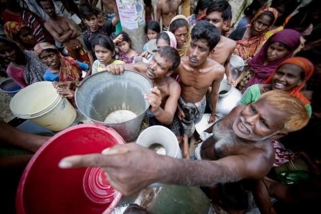 Soldados distribuyen agua en Dacca, Bangladesh. Crédito: Kibae Park/ONU