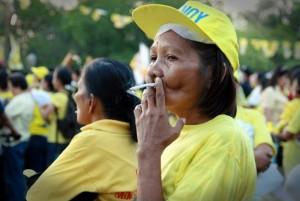 """Una mujer fuma un cigarrillo de marca """"Fortune"""" en un acto de campaña del presidente de Filipinas, Benigno Aquino, un fumador que no tiene intención de dejar el hábito, según dijo. Su país ocupa el segundo lugar en cantidad de fumadores en el sudeste asiático. Crédito: Kara Santos/IPS"""