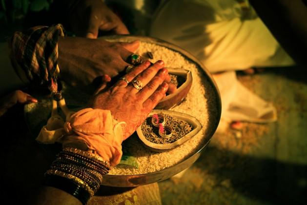 Una pareja realiza un ritual en una boda india. Según especialistas, miles de mujeres sufren violación marital, que todavía no es delito en India. Crédito: Naveen Kadam/CC-BY-2.0