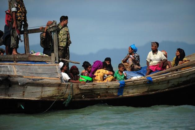 Refugiados rohinyás de Birmania procuran que guardias de la patrulla fronteriza de Bangladesh los dejen pasar, en 2012. Crédito: Anurup Titu/IPS.