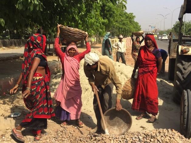 En India, cerca de un millón de mujeres dalits trabajan como vaciadoras manuales de letrinas. Crédito: Neeta Lal/IPS