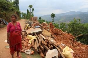 Rita Rai, de 65 años, aún no recibió ayuda de emergencia en la aldea de Mahadevsthan, 100 kilómetros al sur de Katmandú. Crédito: Naresh Newar/IPS