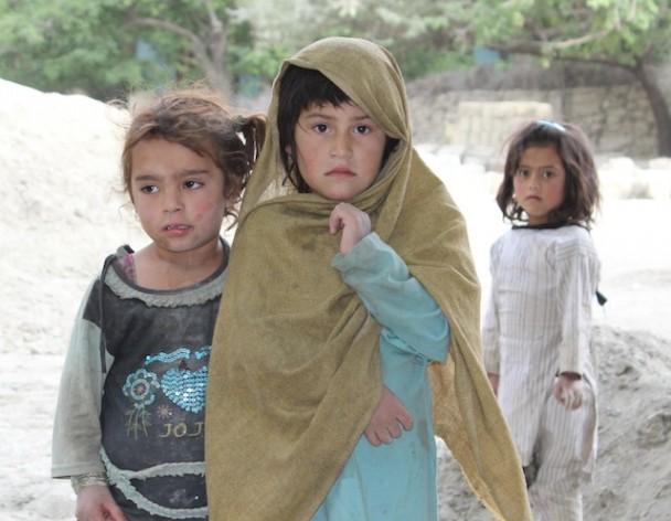 En Pakistán, cientos de miles de niños y niñas en edad escolar viven y trabajan en la calle, ganando unos pocos centavos de dólar al día para ayudar a sus familias indigentes. Crédito: Zofeen Ebrahim/IPS