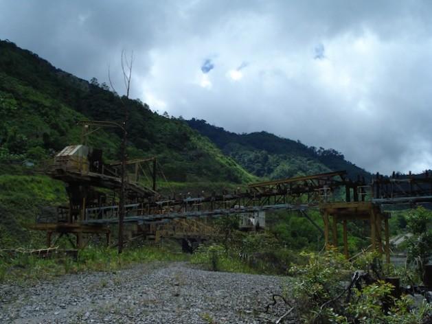 Restos de maquinaria e infraestructura se encuentran junto a la mina Panguna, en las montañas del centro de Bougainville, en Papúa Nueva Guinea. Crédito: Catherine Wilson/IPS