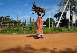 Aun en tiempos de paz, las mujeres de Sri Lanka cargan con el peso de buscar trabajo y cuidar de sus familias. Crédito: Adithya Alles/IPS.