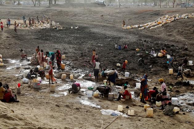 Refugiados excavan en busca de agua en un pozo de agua seco en el campamento de Jamam, en Sudán del Sur. Las organizaciones humanitarias indican que hay 7,8 millones de personas que pasan hambre o corren ese riesgo. Crédito: Jared Ferrie/IPS
