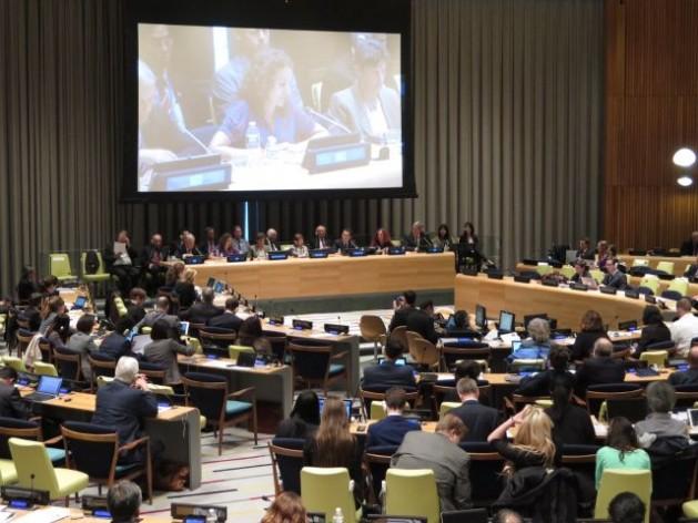 Emily Welty, del Consejo Mundial de Iglesias, habla en la conferencia de examen del TNP. Crédito: Kimiaki Kawai/SGI