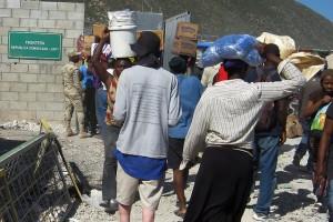 Haitianos en un atestado paso fronterizo entre su país y República Dominicana. Los dos países comparten la isla caribeña de La Española y tienen uno de los más altos flujos migratorios dentro de la región. Crédito: Patricia Grogg/IPS