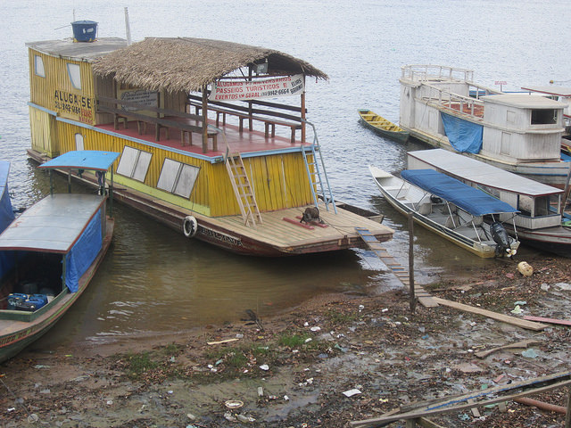 Un barco turístico atracado a la orilla del río Xingú en Altamira, en el estado brasileño de Pará. La falta de embarcaderos y otros muchos servicios deberá corregirse para que el turismo represente una alternativa para contrarrestar el impacto económico y de empleo de la finalización de la megaconstrucción de la central hidroeléctrica de Belo Monte. Crédito: Mario Osava/IPS