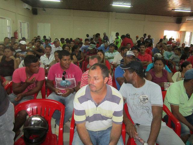 Pescadores y pescadoras de la ribera del río Xingú, en la Amazonia de Brasil, durante una de las reuniones de supervisión sobre los impactos para ellos de la construcción de la central hidroeléctrica de Belo Monte, que promovió la Fiscalía del país. Crédito: Mario Osava /IPS