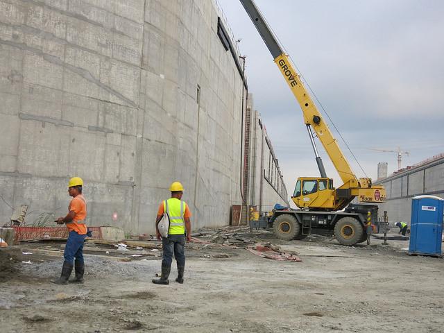 Las nuevas esclusas del canal de Panamá cuentan con una tecnología radicalmente superior a las construidas 100 años atrás y sus compuertas son rodantes y no abisagradas. En la imagen, unos obreros en la cámara del canal ampliado en Cocolí, en la costa del océano Pacífico. Crédito: Iralís Fragiel/IPS