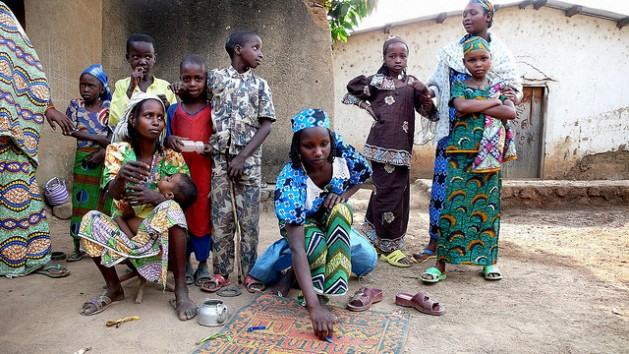 Una familia desplazada en Buar, República Centroafricana. En febrero de 2014 la ciudad y sus alrededores sufrieron violencia étnica contra la población civil musulmana. Crédito: Nicolas Rost/OCHA