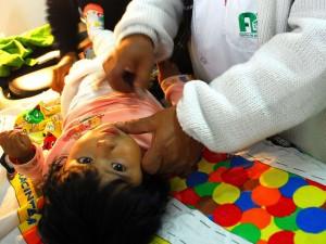 Un bebe de 10 meses es revisado en un centro público de salud de Bolivia, en una de las consultas obligatorias para que la madre reciba un bono materno infantil, uno de los mecanismos establecidos para reducir la mortalidad materna e infantil en el país. Crédito: Franz Chávez /IPS
