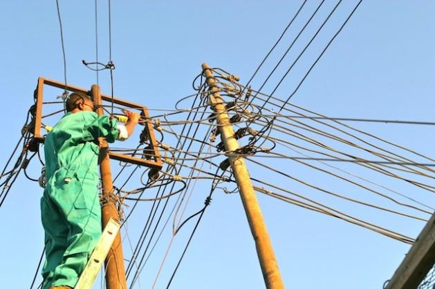 Con excepción de Sudáfrica, que genera la mitad de la electricidad de la región, los 47 países de África subsahariana consumen menos electricidad que España. Crédito: Ed Mckenna/IPS