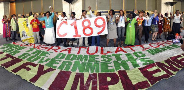Trabajadoras en el servicio del hogar celebran la aprobación del Convenio 189 sobre las Trabajadoras y Trabajadores Domésticos, en la sede de la Organización Internacional del Trabajo en Ginebra, en junio de 2011. Crédito: OIT