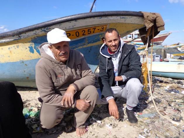 Los pescadores de Gaza Ibrahim Al Quka y su hermano Sami Al Quka, que perdió la mano cuando la Armada israelí le disparó, aunque se encontraba dentro de la zona de pesca restringida por Israel. Crédito: Mel Frykberg