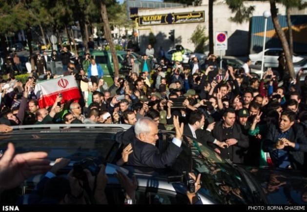 El ministro de Relaciones Exteriores iraní, Javad Zarif, fue recibido por una multitud en Teherán luego de negociar el marco para un acuerdo nuclear definitivo el 2 de abril en Lausana, Suiza. Crédito: ISNA/Borna Ghasemi