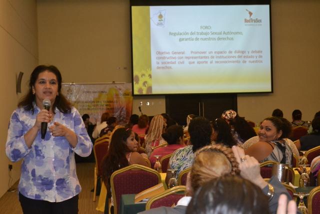María Elena Dávila, coordinadora nacional de la Red de Trabajadoras Sexuales de Nicaragua, durante su participación en un  foro sobre Regulación del Trabajo Sexual en el país centroamericano. Crédito: Cortesía de RedTraSex