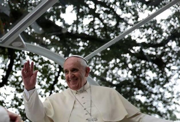 El papa Francisco a bordo del papamóvil en su visita a Filipinas, el 16 de enero de 2015. Crédito: Oficina de Fotografía de Malacañang