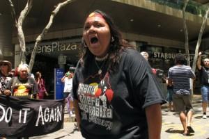 """Una activista grita consignas durante una marcha en Brisbane, Australia, para detener el ciclo de """"generaciones robadas"""" de niños aborígenes. Crédito: Silvia Boarini/IPS"""