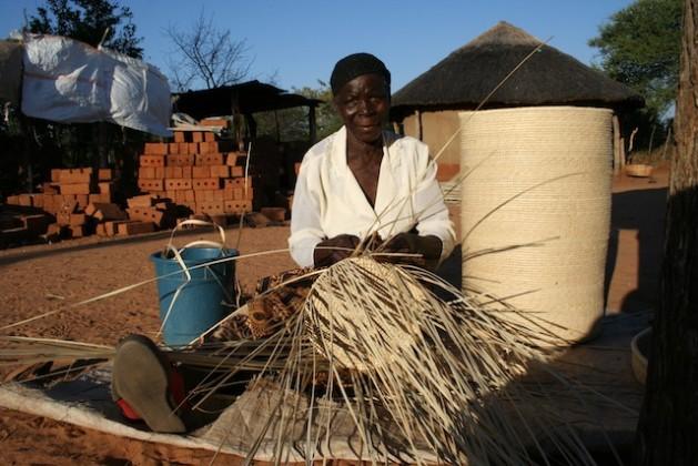 Siduduzile Nyoni termina uno de sus productos de palma de ilala, para venderlo a través de su cooperativa de mujeres en el oeste de Zimbabwe. Crédito: Busani Bafana/IPS