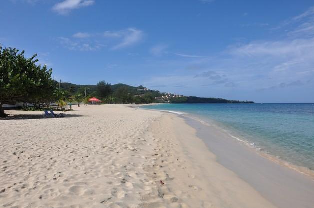 La elevación del nivel del mar plantea un problema para las economías caribeñas dependientes del turismo, cuyas playas son la principal atracción turística. Crédito: Desmond Brown/IPS.
