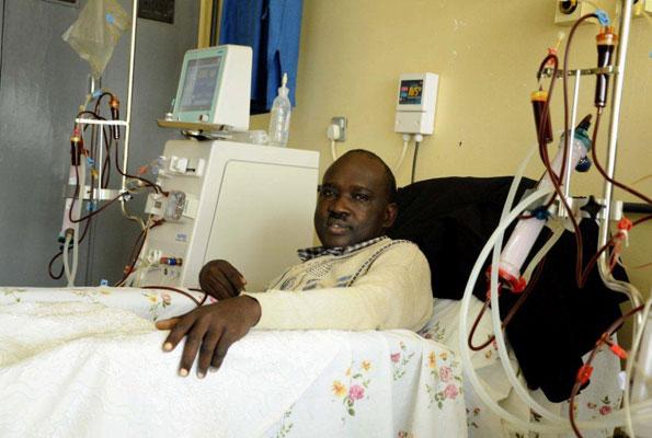 Paciente con problemas renales recibe hemodiálisis en el Hospital Nacional de Referencia Mulago en Kampala. Uganda. Crédito: Rebecca Vassie/IPS