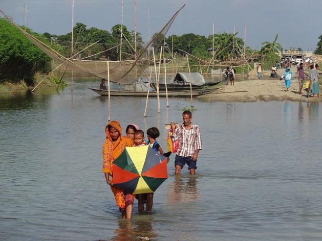 Las inundaciones en Morigaon, India, dejaron bajo el agua a unas 45 carreteras en octubre de 2014. Crédito: Priyanka Borpujari/IPS
