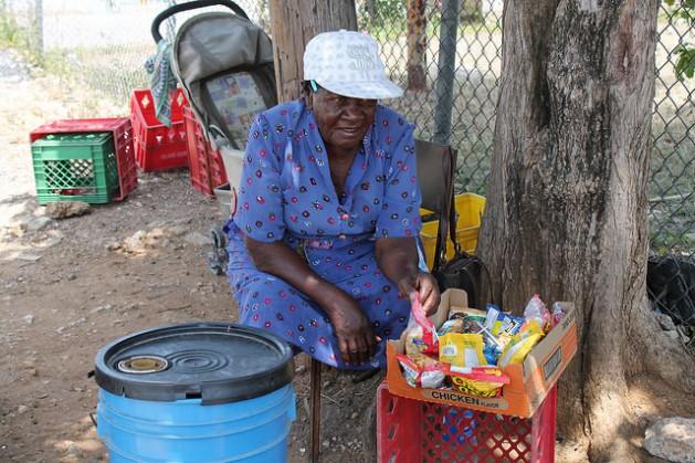 Los dulces y galletas, el hielo y las pocas bebidas que vende Elise Young, de 70 años, no alcanzan para pagar su cuenta mensual de electricidad, de 18 dólares, y además comprar comida. Crédito: Zadie Neufville/IPS
