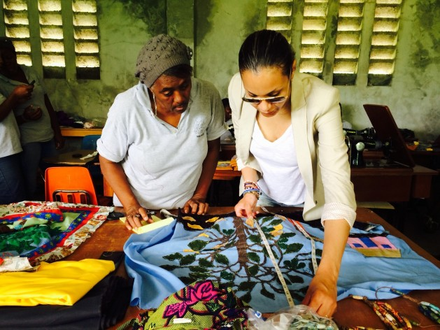 Diseñadora haitiana-italiana Stella Jean (derecha) trabaja con Ethical Fashion Initiative (EFI) con artesanos haitianas. Crédito: ITC Ethical Fashion Initiative 5.