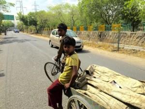Algunos niños ganan hasta cinco dólares diarios por reciclar basura en India. Crédito: Neeta Lal/IPS