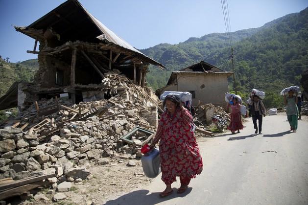Nepaleses llevan ayuda de emergencia donada por Gran Bretaña, 10 días después del terremoto del 25 de abril. Crédito: Russell Watkins/DFID