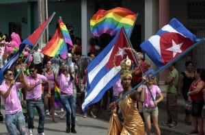 Los colectivos de lesbianas, gays, bisexuales, transgénero e intersexuales (LGBTI) de Cuba alcanzan avances como el cambio de nombre de personas transgénero no operadas y mantienen su lucha por el derecho a la unión legal. Un alegre desfile clausuró en Ciego de Ávila la VI Jornada Cubana contra la Homofobia. Crédito: Jorge Luis Baños /IPS