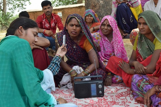 La Radio Bundelkhand, del centro de India, tiene unos 250.000 oyentes, de los cuales 99 por ciento son agricultores. Crédito: Stella Paul/IPS.