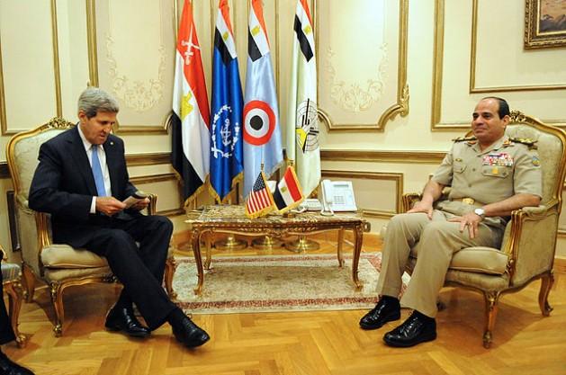 El secretario de Estado estadounidense, John Kerry, se reúne en El Cairo con el entonces ministro de Defensa y posterior presidente de Egipto, Abdel Fatah al Sisi, el 3 de noviembre de 2013. Crédito: Departamento de Estado de Estados Unidos.