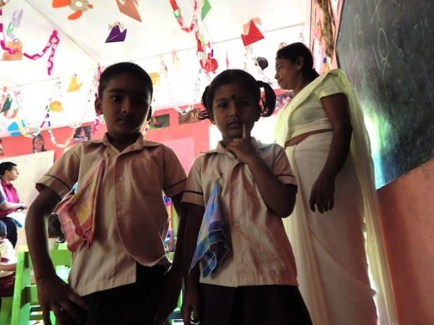 Alumnos de una escuela para hijos de trabajadores de una plantación de té en el centro de Sri Lanka. Crédito: Kanya D'Almeida/IPS
