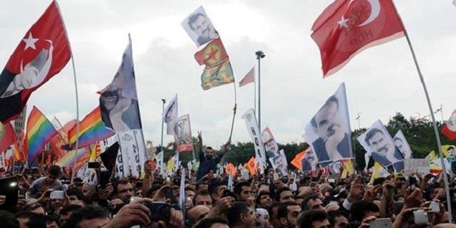 Celebración del Partido Democrático de los Pueblos (HDP) en Estambul, un día después de los comicios del 7 de junio. Crédito: kaosgl.org