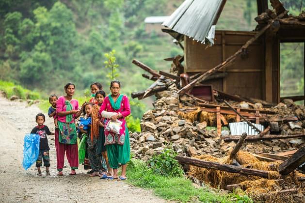 Una familia junto a una casa dañada por el terremoto de abril cerca de Naglebhare, Nepal. Crédito: Banco Asiático de Desarrollo/CC-BY-2.0
