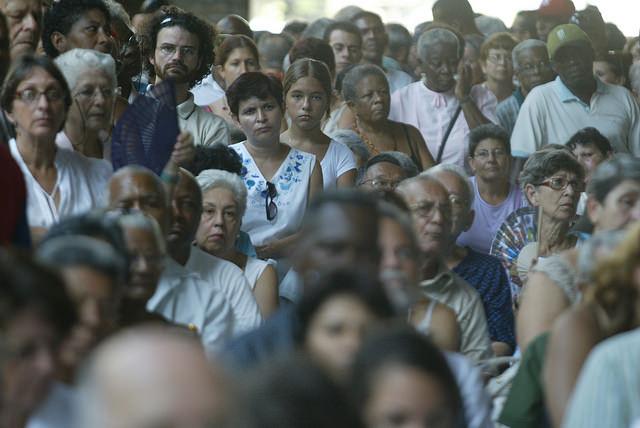 La mayoría de las cubanas no tienen acceso a Internet, como le sucede a este grupo que asiste a la presentación de un libro sobre temas de género en La Habana Vieja. Llegar a ellas es parte de los retos pendientes para las ciberactivistas que usan la blogosfera y las redes sociales como espacios de denuncia y discusión sobre los derechos de las mujeres. Crédito: Jorge Luis Baños/IPS