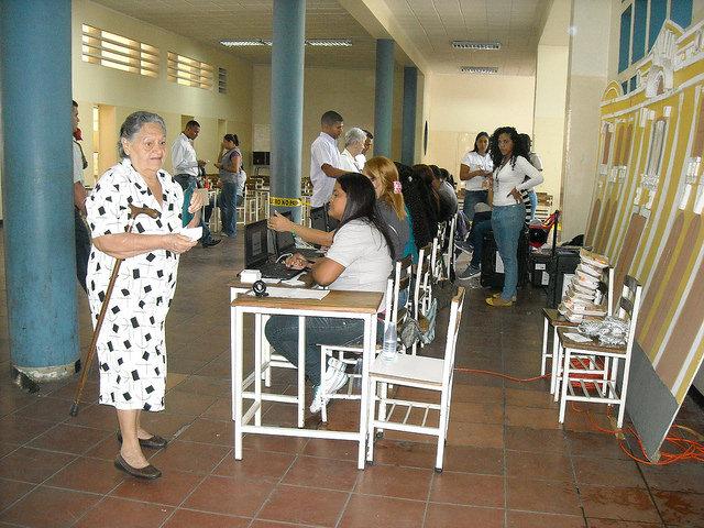 Una mujer se prepara para votar en una mesa electoral de Caracas, cuya composición era mayoritariamente femenina, durante las últimas elecciones presidenciales de Venezuela, el 14 de abril de 2013. Crédito: Raúl Límaco/IPS