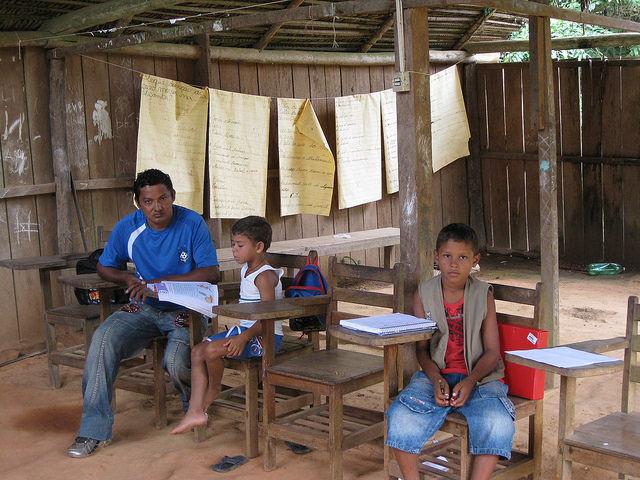 Escuela de la aldea indígena de Paquiçamba, del pueblo juruna, en la orilla del río Xingú en su Vuelta Grande, en la Amazonia brasileña, que aunque no quedará inundada por el embalse de la central hidroeléctrica de Belo Monte, si verá disminuir considerablemente su flujo de agua. Crédito: Mario Osava/IPS