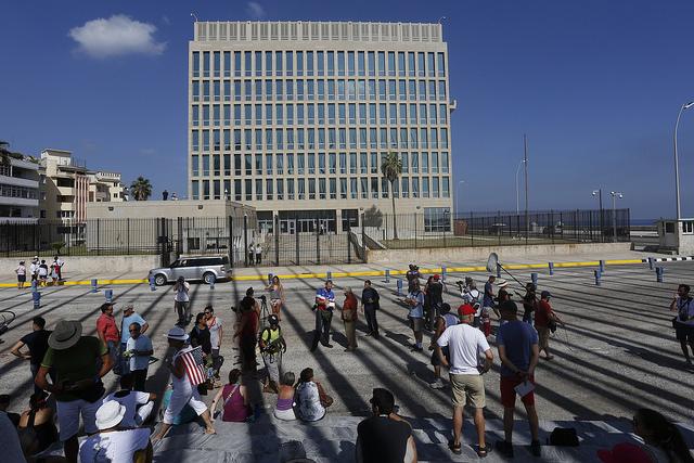 Grupos de personas, algunas con banderas de Estados Unidos, se apostaron este lunes 20 ante la, de nuevo, sede de la embajada de Estados Unidos ante La Habana, para participar en el día histórico en que los dos países reabrieron sus sedes diplomáticas. Crédito: Jorge Luis Baños/IPS