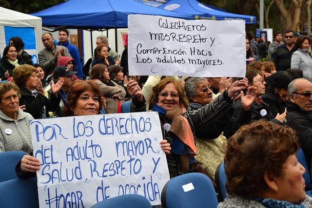 Un grupo de pensionadas chilenas reclaman sus derechos durante una actividad en Santiago este mes, para promover los derechos de las mujeres del país. Crédito: Claudio Riquelme/IPS