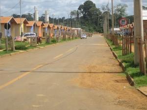 Calle del barrio de Jatobá, el primero de los cinco construidos por la empresa Norte Energía para reasentar desplazados de la ciudad de Altamira por la represa de la central hidroeléctrica de Belo Montea, en el norteño estado de Pará, en la Amazonia de Brasil. Crédito: Mario Osava/IPS
