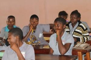 La falta de trabajo lleva a muchas jóvenes de Camerún a buscar empleo en el exterior, a veces con consecuencias terribles. Crédito: Ngala Killian Chimtom/IPS