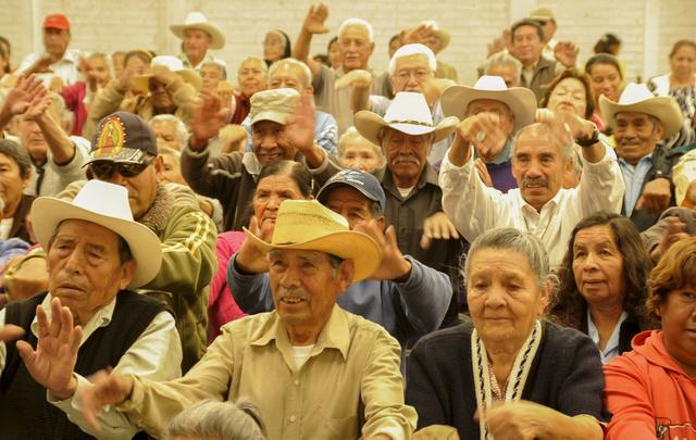 América Latina se enfrenta al envejecimiento de la población, lo que implica retos sociales y económicos, para lo que cuenta ahora con una nueva Convención. En la imagen, adultos mayores se congregan en el municipio mexicano de Cuautitlán-Izcalli, al norte de la capital mexicana, para recibir información sobre apoyos económicos para su segmento poblacional. Crédito: Cortesía Ayuntamiento de Cuautitlán-Izcalli