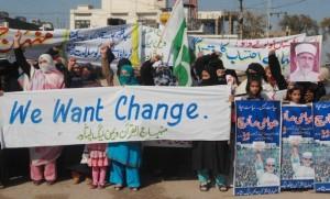 Mujeres y niñas se manifiestan contra la corrupción en Peshawar, Pakistán. Crédito: Ashfaq Yusufzai/IPS
