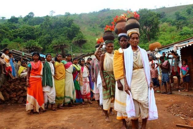 Sacerdotisas de la comunidad tribal de dongria kondh, en India, realizan un elaborado ritual antes de salir a buscar las semillas de mijo. Crédito: Manipadma Jena/IPS