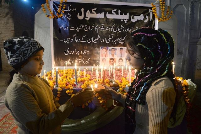 Niñas encienden velas en recuerdo de las 145 víctimas del atentado contra la Escuela Pública del Ejército en Peshawar, Pakistán, en diciembre de 2014. Crédito: Ashfaq Yusufzai/IPS